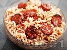 Рецепта Паста фузили с наденички, пармезан и доматен сос
